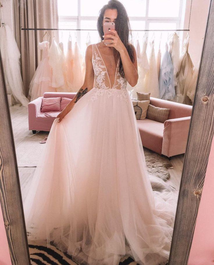 Лучшие платья 2018! Эта новинка от Boom Blush - мечта, которая доступна! А-силуэт, глубокий вырез - декольте, лиф расшиты кружевом и нежная пудровая фатиновая юбка. Купить можно по ссылке!)