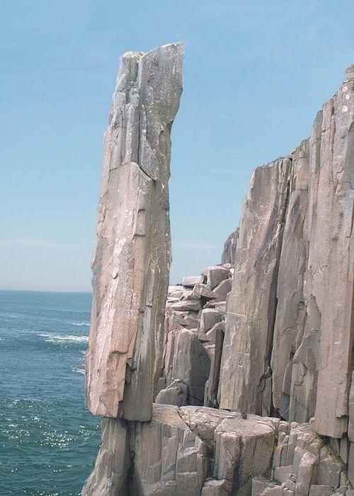 Балансирующий камень, который находится на острове Long Island в Новой Шотландии, пожалуй, бросает вызов законам гравитации! 9-метровая колонна стоит на самом краю скалы, образуя щель, в которую можно даже заглянуть при желании!
