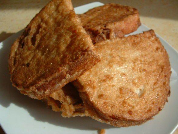 Ha a bundás kenyér a kedvenceink közé tartozik, akkor érdemes kipróbálni a következő receptet, mert lehet, hogy már csak így fogod elkészíteni ezt a remek eledelt.Hozzávalók:Egy tepsire való kenyeret szeleteljünk felTojásEgy doboz tejföl2 gerezd fokhagymaSó, borsReszelt sajtAz ö ...