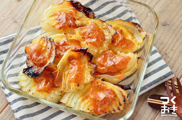 作り方はたまねぎを切ってチーズを乗せて焼くだけの簡単レシピです。オーブンでたまねぎをしっかり焼くことで甘み出ます。再加熱してもおいしく、お弁当にオススメ。サンドイッチの具にしても良いですよ。