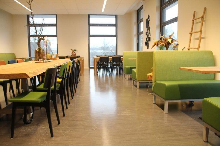 Treinzits en boomlange tafel personeelskamer Clusius College Alkmaar