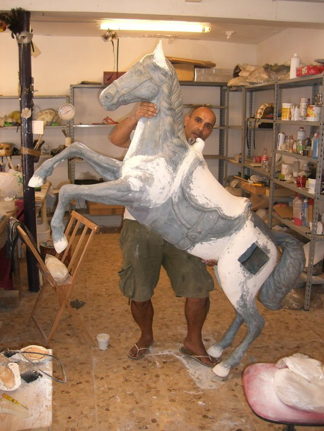 Oltre fantastiche idee su scultura di cavallo
