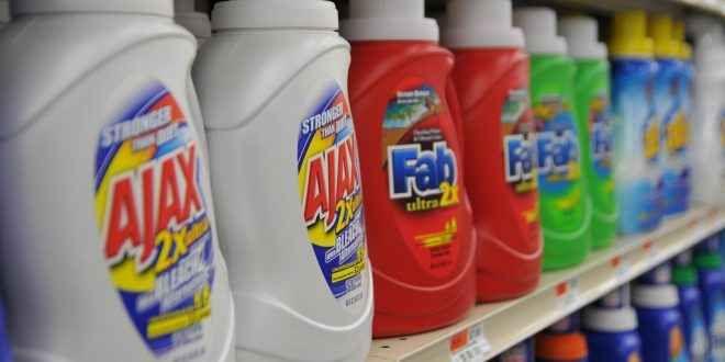 I Detersivi: Ecco cosa devi sapere Un detergente è composto da una miscela di sostanze chimiche in polvere o liquide che servono per rimuovere lo sporco da una superficie. In italiano il termine detersivo è spesso utilizzato per prod