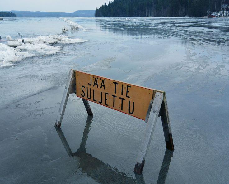 The sign says: 'The ice road closed' | Jäätie-suljettu