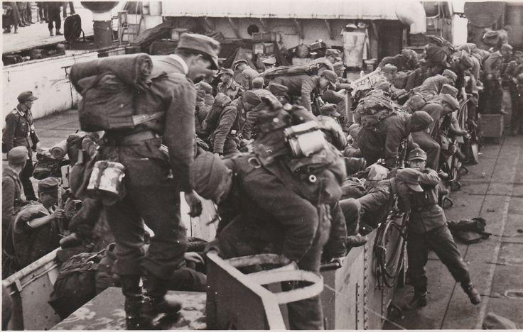 Inscheping in landingsbooten serie zeldzame kaarten uit wo2. Uittocht der edel Germanen.