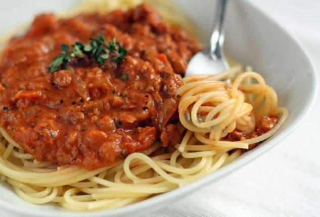 Даже в итальянских источниках существуют вариации соуса болоньезе, не говоря уж об общемировой практике. Искать самый правильный рецепт — занятие для специалистов, а вот взять все самое вкусное и приготовить может буквально каждый. Важно брать хорошие продукт�