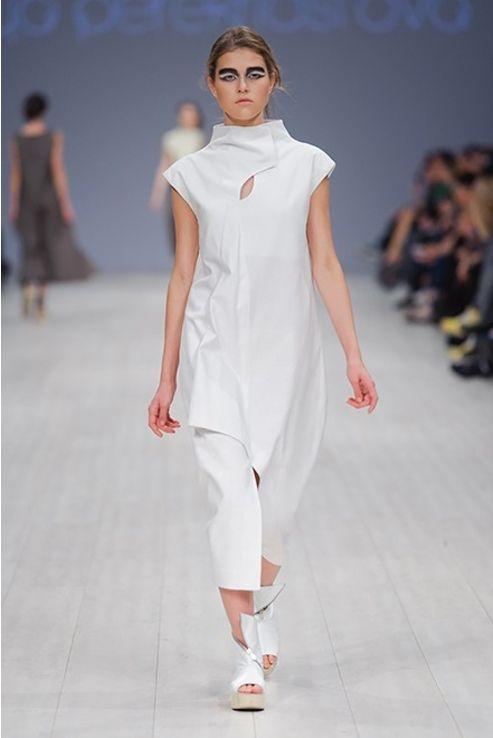 Белое платье с высоким воротом - J.Perekriostova
