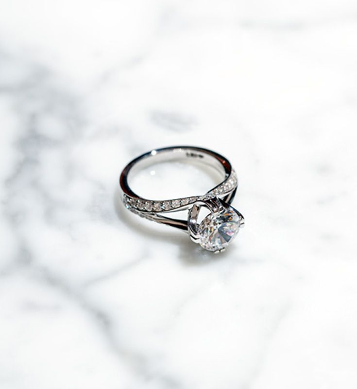 A stunner engagement ring on marble, yes please!