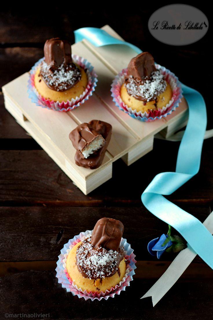 I Bounty cupcakes sono dei soffici dolcetti realizzati con i famosi cioccolatini al cocco.Ideali per la colazione, o merenda, di tutta la famiglia.