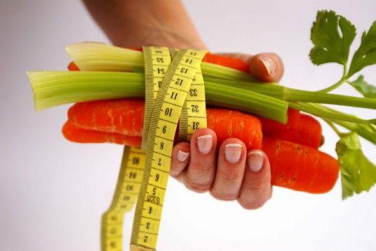 Атомная диета для похудения  Инструкция 1 В углеводные дни отдайте предпочтение постным супам, таким как борщ, овощным рагу, лечо, салатам из фруктов и овощей. Из напитков лучше всего употреблять имбирный чай либо чай с лимоном, отлично подойдут и натуральные травяные чаи. Чай с имбирем ускоряет обменные процессы в организме, и жировые отложения будут уходить интенсивнее. 2 В белковый день потребляйте вареные яйца, отварную куриную грудку, говядину, твердый сыр, рыбу, а также кефир низкой…