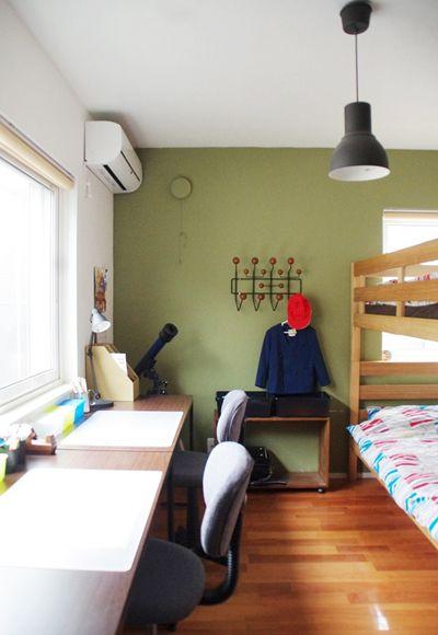 明るい子供部屋 グリーンの壁紙がキレイ