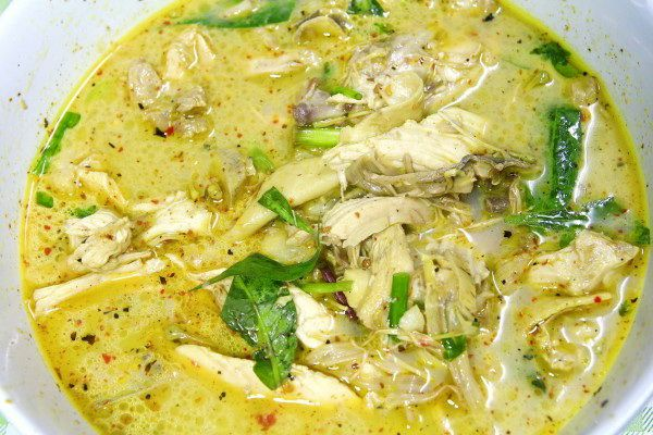 Curry with chicken and basil