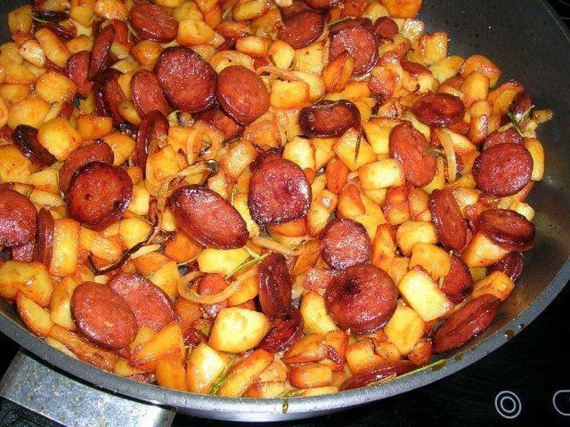 Das perfekte Kartoffel-Chorizo-Tortilla-Rezept mit Bild und einfacher Schritt-für-Schritt-Anleitung: Die Kartoffeln abwaschen und als Pellkartoffeln…
