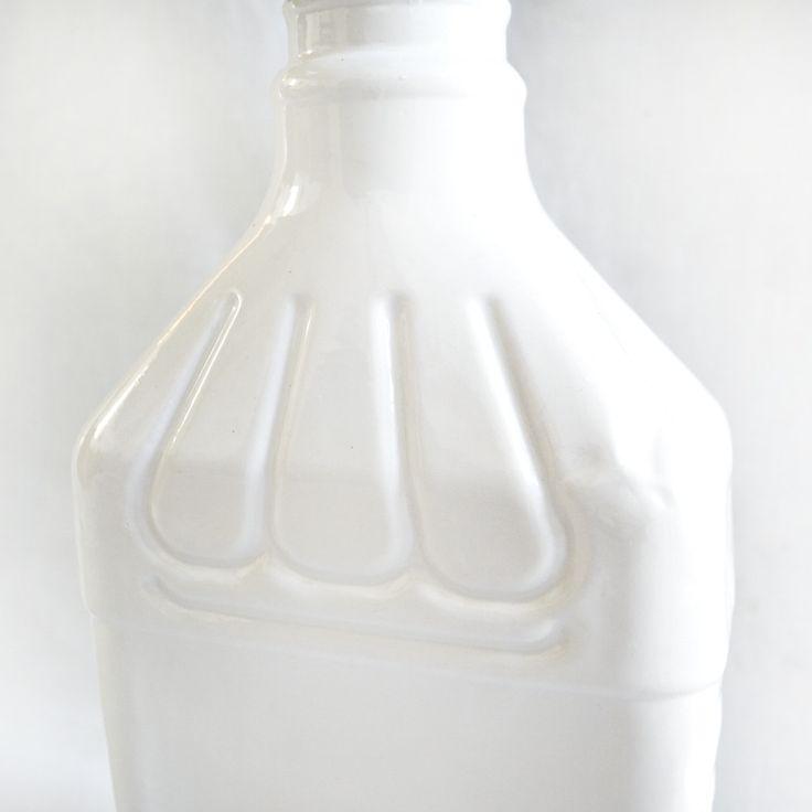 Jarrón o jarra de agua. Fue después de una comida familiar. El padre sacó orgulloso la enorme botella, garrafa, de licor que le había regalado la...
