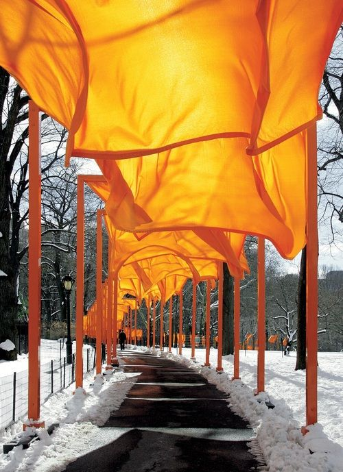 The gates l Christo and Jeanne-Claude. Central Park, NY. Photograph by Wolfgang Volz (2005).