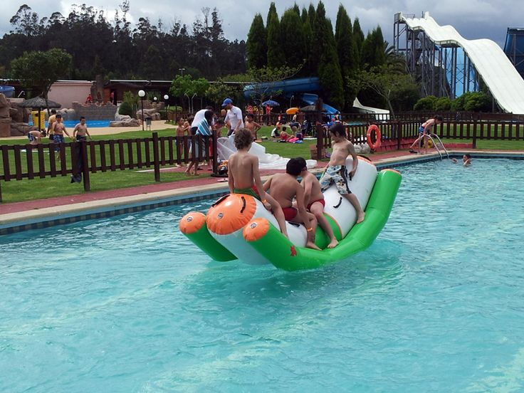 Mirade que ven o pasaron estes nenos no balancín inchable. Quen fose neno!!! Ou non?  No #Aquapark de #Cerceda todos sentímonos nenos outra vez.