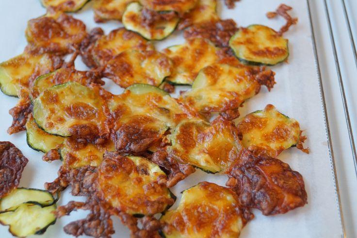 Squashchips. Lækre, sprøde og knasende squashchips med revet mozzarella på. Spis dem som tilbehør til aftensmaden, brug dem i en salat eller som en snack.