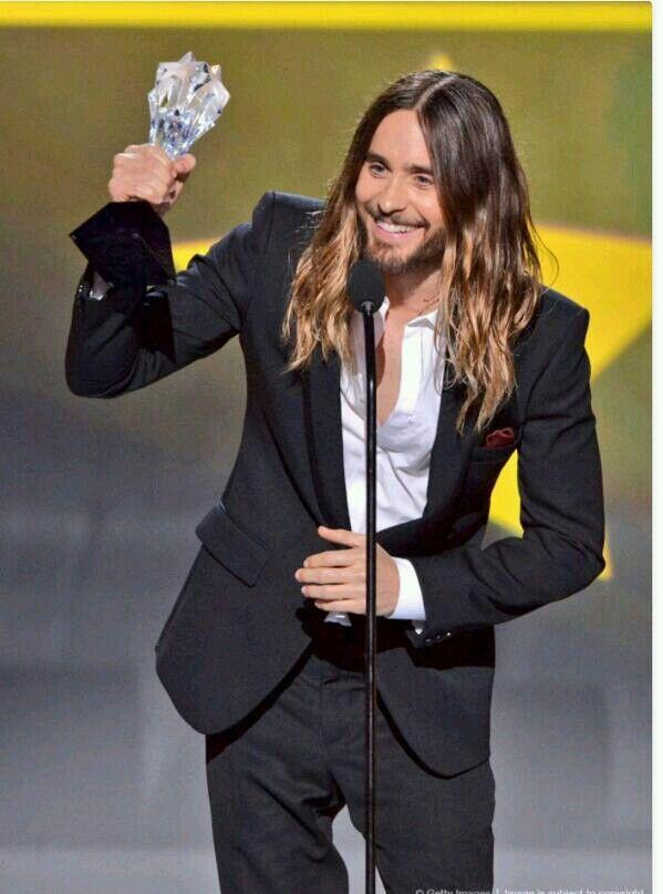 Jared Leto accepts his critics choice award. Love the smile. ❤️vanuska❤️