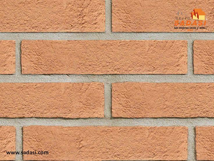 #hogar LAS MEJORES CASAS DE MÉXICO. Uno de los mejores materiales de construcción para paredes es el ladrillo macizo, el cual tiene un mejor acabado que el de los demás, gracias a que su fabricación es prensada, lo que ayuda a obtener un acabado rústico. Además, es más estético que el de ladrillo cocido, ya que tiene sus lados y caras más uniformes. En Grupo Sadasi, contamos con diferentes modelos de casa, para que elija la que más le guste. www.sadasi.com