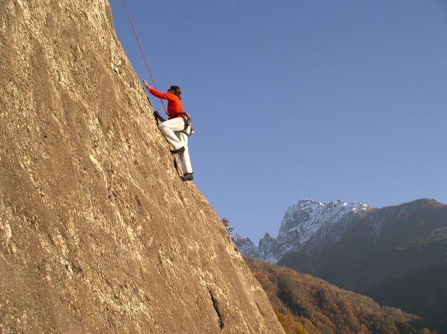 """Valchiavenna - #FreeClimbing #arrampicata  L'arrampicata su roccia è più che uno sport, è quasi uno stile di vita che annovera diversi seguaci ed esercita su chi la pratica un fascino irresistibile. In Valchiavenna questa attività sportiva è sbocciata all'inizio degli anni '80, quando tutto il mondo alpinistico visse un periodo di grande fermento con l'avvento di quella che fu chiamata """"arrampicata libera"""", o """"free climbing"""""""