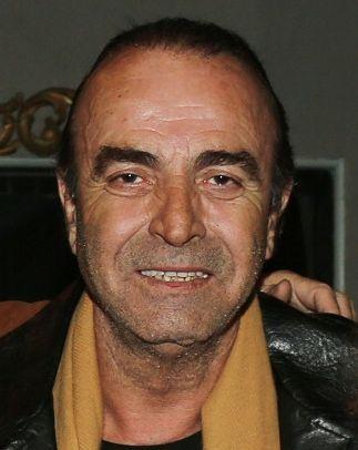† Giorgos Vasiliou (66)  01-11-2016   De Griekse televisie-acteur Giorgos Vasiliou is naar verluidt overleden op 66-jarige leeftijd op dinsdagochtend, na een lange strijd tegen kanker. Vasiliou werd geboren in juni 1950 en groeide op in zijn geboorteland Lamia. Hij studeerde later aan de toneelschool van Giorgos Bellos en trouwden in 1973.