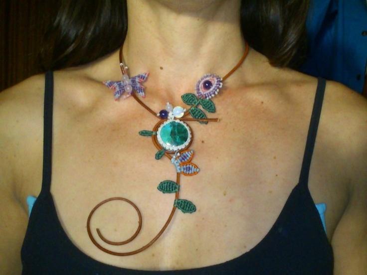 collar de cuero con detalles de flores hojas y mariposa con piedras   turquesa ,cuarzo rosa amatista,cuarzo ahumado y piedra de la luna