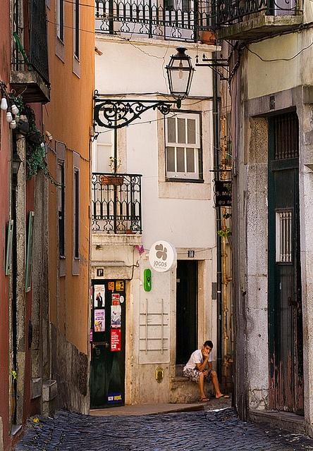 Rua do Bairro de Alfama, Lisboa, Portugal.