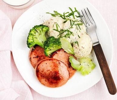 Falukorv med senapspotatis och broccoli är en rustik och mättande vardagsrätt. Den smakrika och krämiga potatisen gör du av grädde, mjölk, senap och persilja som precis innan servering blandas med potatisen. Korven steks och får ett härligt krispigt yttre innan det är dags att hugga in. Smaklig måltid!