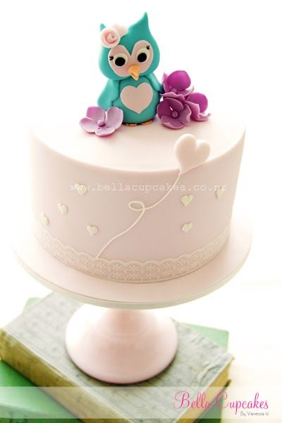 Love the simplicity with a hint of color and the owl of this cake