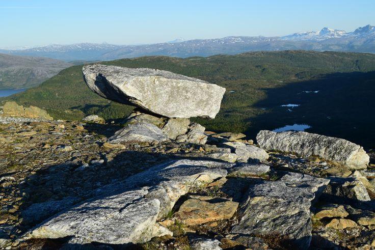 En stein på veien opp til Steigtind     http://www.tursiden.no/en-stein-pa-veien-opp-til-steigtind/
