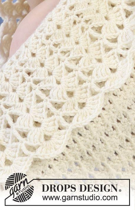Heklet DROPS teppe med bred kant i viftemønster. Fint å hekle i Alpacca, beige eller grågrønt.