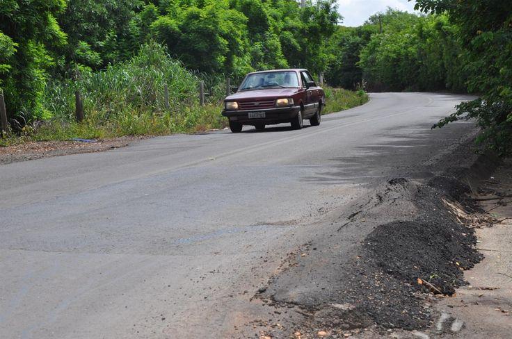 Prefeitura quer medidas para impedir a circulação de caminhões pesados na Alcides Soares -     O tráfego intenso de veículos pesados tem causado uma série de problemas e aumentado os riscos de acidentes na estrada vicinal Alcides Soares, principal via de ligação com o distrito de Vitoriana. Preocupado com a situação, o prefeito de Botucatu, Mário Pardini, reuniu-se com parte de - http://acontecebotucatu.com.br/cidade/prefeitura-quer-medidas-para-impedir-c