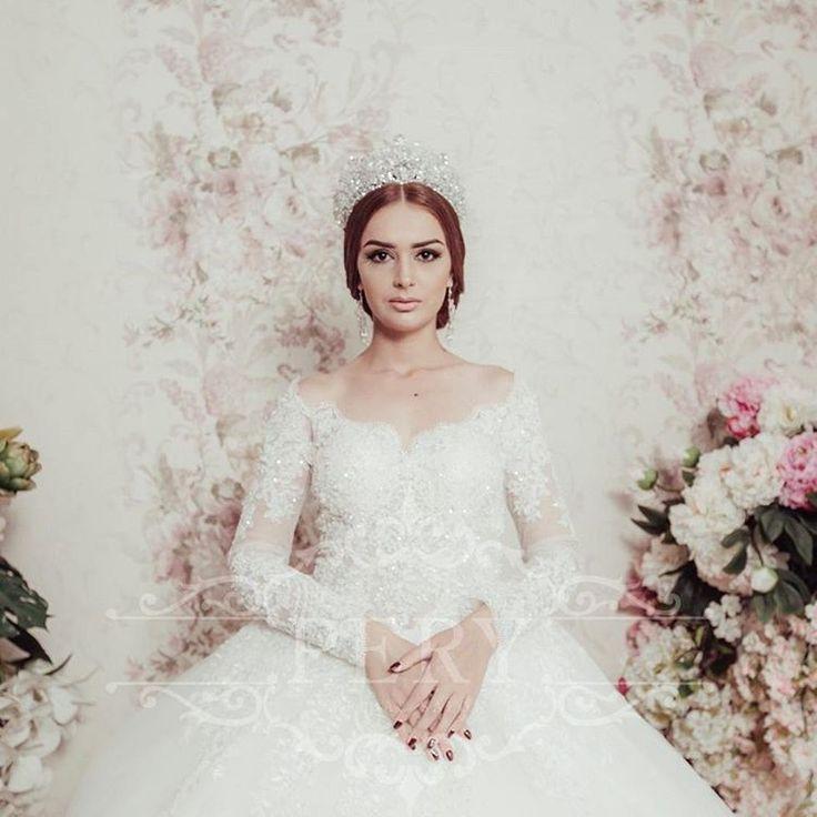 Макияж невесты – это нечто особенное. Он живет гораздо дольше одного дня: преображенное с его помощью лицо невесты остается в памяти жениха, родных и близких, на свадебных фотографиях и видеозаписях. Красивый свадебный макияж, значит подчеркивающий естественную красоту.#perybridalsalon #pery #weddingdress #wedding #bridaldress #makeupartist #makeup #свадьбасамарканда #свадебноеплатье #свадьба #невестасамарканда #невеста #kelinki_uzb…