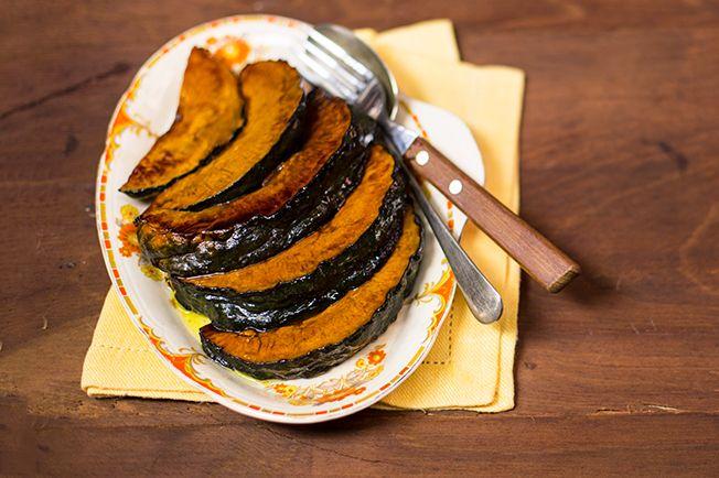 Procurando um acompanhamento que além de delicioso ainda enfeita o prato? Encontrou! Mais uma vantagem: é cortar, por no forno e esperar 25 minutos. Fácil, rápido e todo lindo.