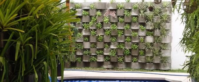 Jardim vertical - Módulos de concreto: A Neorexdisponibiliza dois tipos de módulos para a criação de jardins verticais: uma jardineira retangular contígua e uma jardineira em zigue-zague. Os produtos podem ser utilizados de duas formas: para construção de um muro solidário, encostado ao muro pré-existente, ou um muro divisório comum, onde não exista outra estrutura. De acordo com a empresa as vantagens dos jardins em blocos de concreto estão ligadas à solidez e durabilidade, além de…
