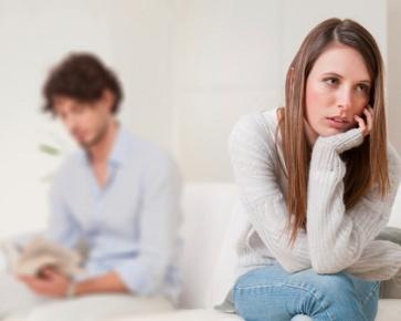 Romantisme yang selalu terlihat pada pasangan baru menikah seringkali membuat orang iri. Namun pada kenyataannya kehidupan tidak