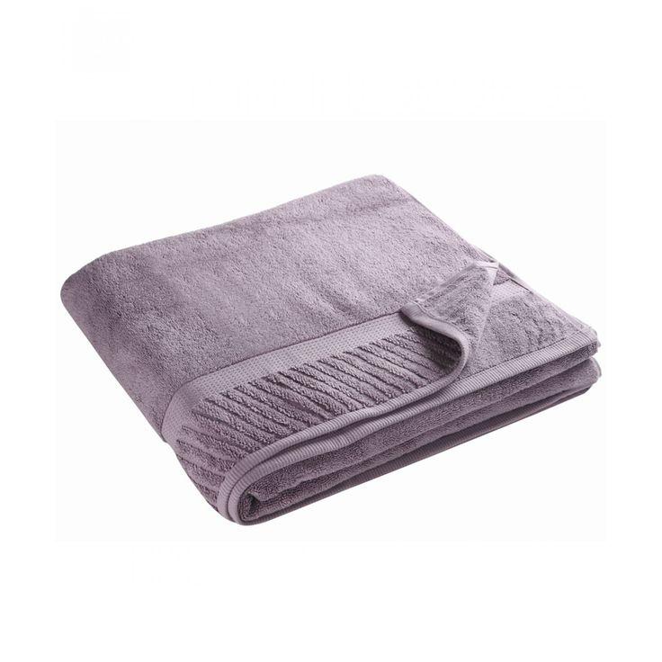 Toalla Tassara medio baño color uva elaborada en algodón con cenefa a tono.