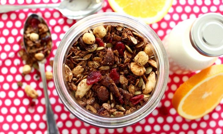 Ugnsrostad müsli, eller granola, finns ofta med på frukostbordet hemma hos mig. Den här varianten är en favorit, med smak av fikon, apelsin och julens härl