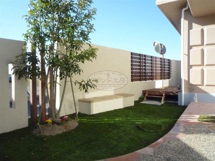 生垣、樹木中心の外構から住宅のイメージに合わせたすっきりとした外構へのリフォーム工事です。門扉を設置して、限られたスペースを最大限に活用。芝は人工芝、デッキは人工木とメンテナンス性にも配慮した計画となっています。