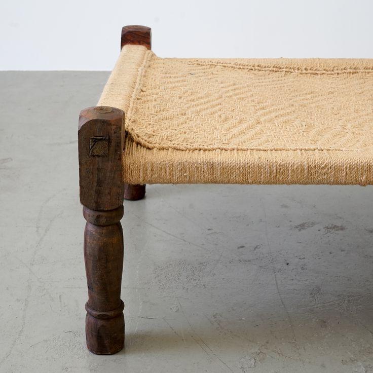 Das Charpoy-Bett flicht sich seit Generationen als roter Faden durch den Alltag des ländlichen Indiens: Seit 1830 zählt das Bett dort zum Grundbedarf und ist nicht mehr wegzudenken vom Sitzen, Meditieren, Dösen und Schlafen. Hierzulande kann man dieses Daybed sehr vielseitig einsetzen, ob als ideales Gäste- bzw. Tagesbett im Interiorbereich oder auch im Sommer als Lounge auf der Terrasse. Bei Bedarf kann das Charpoy leicht aufrecht an der Wand verstaut werden. der Stil dieses schönen Daybeds…