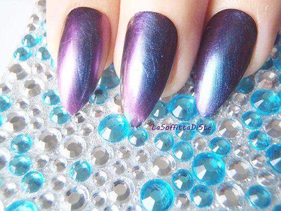 Stiletto de caméléon caméléon violet noir reflet bleu clous drag queen ongles ongles colle Astuce lasoffittadiste amande camaleon