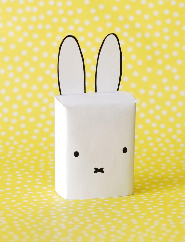 Traktatie kinderdagverblijf, doosje rozijntjes als Nijntje! Miffy daycare treat! Snel, simpel en schattig. Als staartje een klein bolletje watten of vilt aan de achterkant!