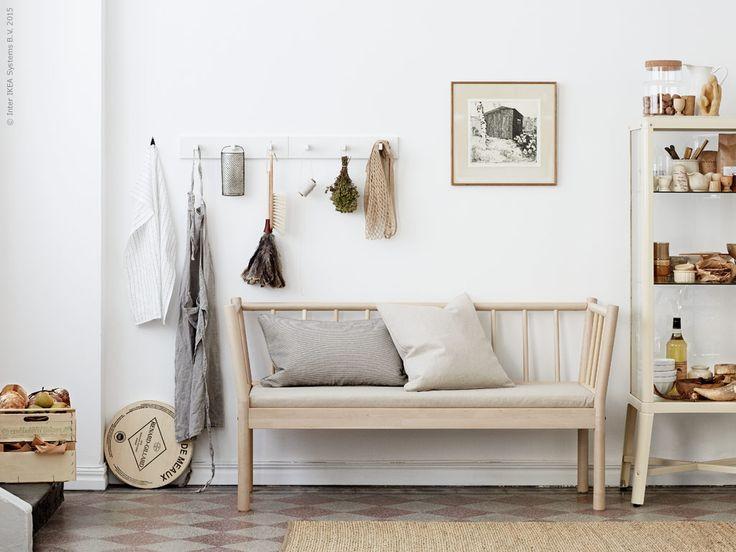 En plats att knyta skorna på innan du springer ut genom dörren eller ett trivsam och skönt ställe att slå sig till ro och sitta länge vid.Nyheten BJÖRKSNÄS platsar på många ställen i hemmet. Med sin tidlösa design och hållbara material blir den en favorit att åldras med.