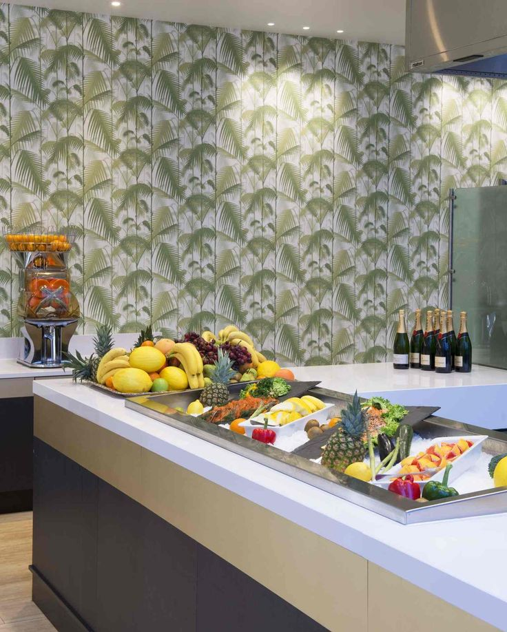 Tropical palm leaf wallpaper. Interior architecture | Ramsoskar