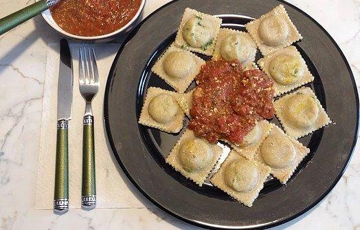 Равиоли с тофу и шпинатом http://iveg.info/ravioli-s-tofu-i-shpinatom/     Ингредиенты на четверых: Для фарша: — 2 пачки тофу (400 г.); — 2 больших пучка шпината; — 2 ст.л. оливкового масла холодного отжима; — 1 ч.л. соли. Шпинат опустить в кипяток и варить 6 минут. Откинуть на дуршла�