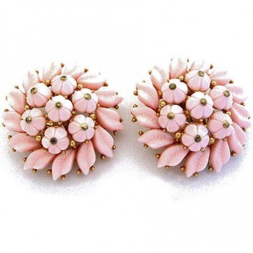 Rigorosamente a clips gli orecchini a forma di bouquet di un tenero color rosa