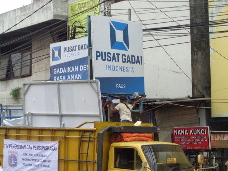 Pengangkutan papan reklame ke sebuah truk mobil yang dipakai UPPD Pulo Gadung