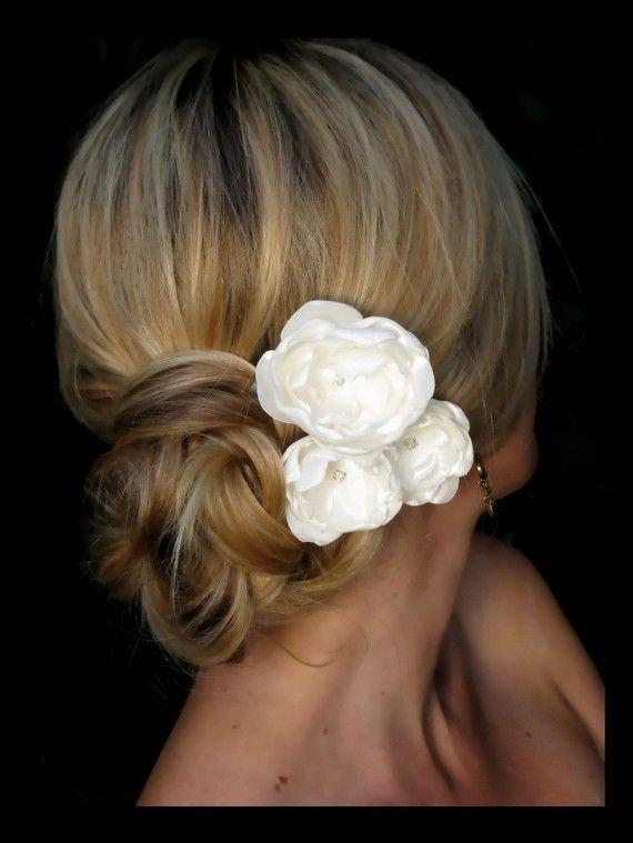 Flores de satín para complementar el look de la novia. #Bodas