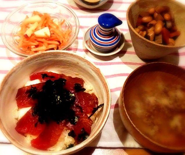 山芋も入ってるから山かけ漬け丼か。にんじんサラダと前の日の五目豆も出して。味噌汁はじゃがいもとフノリ。道産子仕様! - 7件のもぐもぐ - まぐろ漬け丼 by ヤマモトショウコ