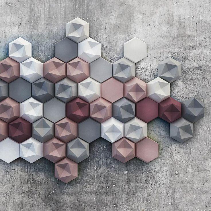 Edgy Collezione di elementi modulari in cemento prodotta dall'azienda ungherese Kaza Concrete, Edgy è formata da due tipologie di piastrelle di forma esagonale, di cui una presenta un'estensione liscia, mentre l'altra una superficie tridimensionale asimmetrica. Possono essere applicate a copertura intera o parziale di pareti murarie.